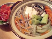 鍋と白菜とトマトのサラダ