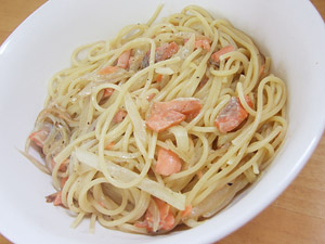 鮭と玉ねぎのクリームパスタ