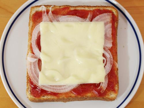 新玉ねぎのピザトースト 溶けないチーズ
