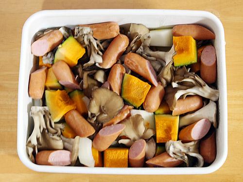 オーブン焼き かぼちゃと玉ねぎとソーセージ 焼く前