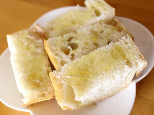 オーブン焼きのあとのオリーブオイル フランスパン